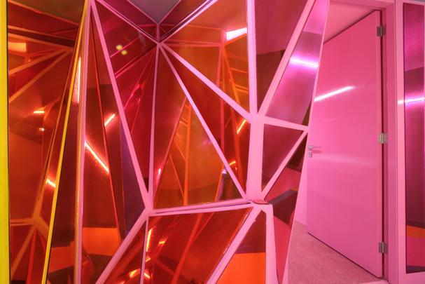 Linhas r�spidas e estrutura multifacetada tornam �nica a experi�ncia desse sal�o - Sofocles Hernandez/ROW Studio