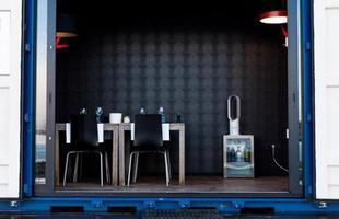 Quartos móveis de luxo são feitos dentro de contêineres. A principal ideia é ir até o cliente proporcionando comodidade e conforto
