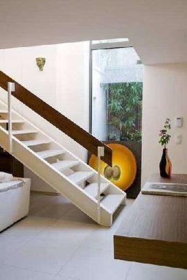 Escada que sai do living para o térreo também dá para o jardim