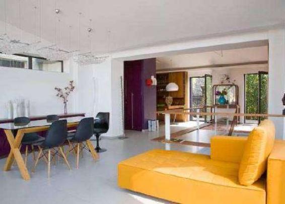 Estilo clean - Ambientação da área social em estilo minimalista, de onde desce a escada para a parte íntima