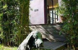 Exterior - A casa, Mouzaia, tem um cão de guarda no jardim