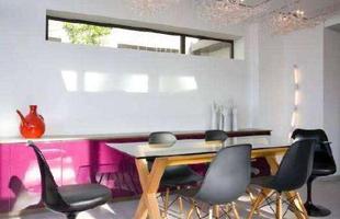 Estilo clean - Na sala de jantar o mobiliário é o essencial: aparador, mesas e cadeiras
