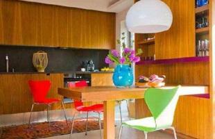 Recanto - Para pequenas refeições, mesa conjugada a armário de cristais
