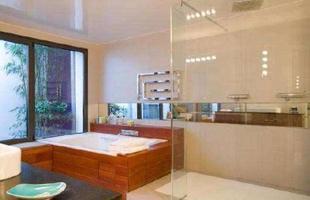Estilo clean - Grandes janelas de vidro colocam a sala de banho junto ao jardim