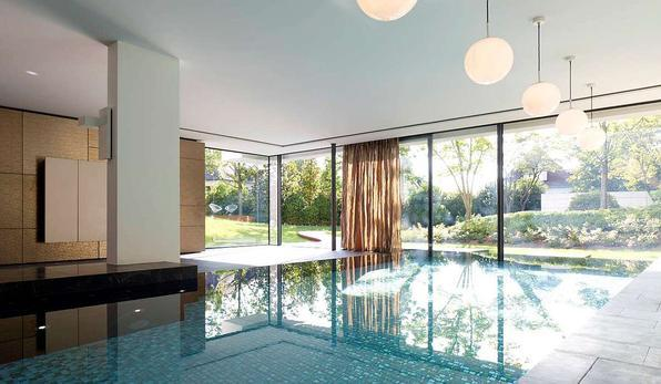 Com projeto do arquiteto Alexander Brenner, esta mansão na Alemanha se volta ao exterior aberta para uma grande floresta. Recortes deixam a natureza em destaque, valorizando a contraposição entre cheios e vazios