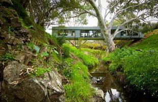 Para aproveitar o espaço deste terreno na Austrália, o arquiteto apostou em uma construção em forma de ponte que é completamente sustentável