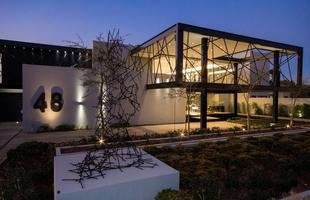 Planos abertos, materiais naturais e desenho moderno emolduram esta morada na África do Sul. O projeto da House Ber se sobressai entre os vizinhos com traçado belo e contemporâneo