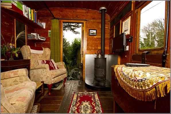 O casal britânico David e Lizzy Stroud transformou vagões de trem em hotéis, depois de descobrir uma linha férrea no jardim. A empresa familiar criada por eles já conta com quatro carruagens feitas como hospedaria e outras cinco estão sendo restauradas - Railholiday/Divulgação