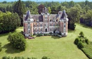Alguns castelos na Europa são até mais baratos que imóveis no Rio de Janeiro. Na foto, este castelo em Aquitânia, na França, tem 24 quartos e é vendido por R$ 12,525 milhões, enquanto uma casa no Leblon, de 'apenas' sete quartos, está anunciada por R$ 14,7 milhões