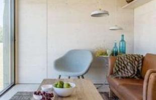Os arquitetos do estúdio espanhol Abaton criaram a casa transportável ÁPH80, que pode ser levada de caminhão e instalada onde o cliente desejar. A estrutura de quase 27 m² demanda menos de um dia para ser montada e é sinal de corrente atual que mostra novo conceito para o habitar