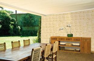 Texturas conferem charme à decoração unindo durabilidade, estética e bom custo. Efeitos podem ser usados tanto em ambientes internos quanto nas áreas externas. Na foto, aspecto de bambu
