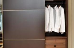 Armário aparece com nova roupagem e está cada vez mais personalizado. Guarda-roupas tem porta com freio e corrida macia, luz de LED, espelhos, prateleiras e nichos versáteis. Tudo pode ser milimetricamente calculado para a demanda de cada cliente