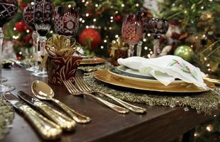 Decoradoras mostram proposta sem ostentação, mas requintada, para o Natal. Patrícia Andrade e Ana Florença sugerem uma decoração limpa, mas com elementos que harmonizam entre si. O segredo é a elegância na hora de combinar as texturas