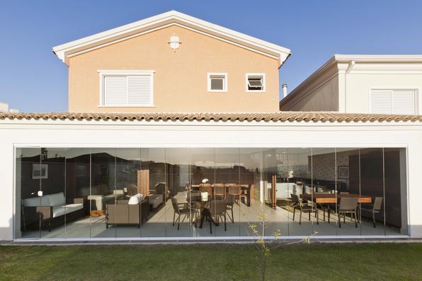 Casa projetada sob conceitos de Van Der Rohe valoriza a beleza das linhas retas em SP. A arquiteta Anna Novaes elaborou o projeto desta residência de 230m² com preceitos do arquiteto alemão, um dos principais nomes do século 20 que ajudaram a definir a construção moderna