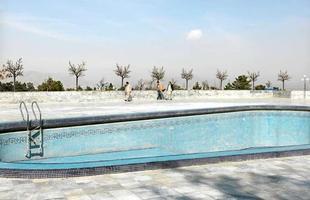 Série de imagens dá novos significados a piscinas incríveis pelo mundo. Desde 2008, a artista Marieke van der Velden registra piscinas em várias regiões como forma de chegar a reflexões complexas, muito além do sentido comum que se confere a elas. Na foto, Kabul, Afeganistão