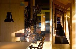 São 30 metros de extensão, divididos em quatro quartos duplos, uma cozinha e uma sala de jantar