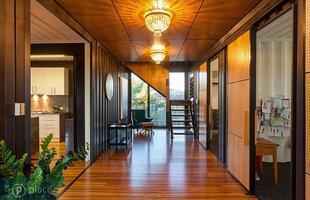 Casa feita com 31 contêineres tem 700 m² e três andares. A morada na Austrália é adornada por belas obras de arte, valoriza espaços integrados e inclui até uma piscina de água salgada