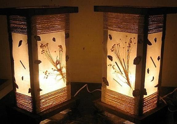 Confeccionadas a partir de materiais reaproveitados ou adaptados, as luminárias artesanais fornecem uma iluminação diferenciada, ao mesmo tempo em que compõem a decoração