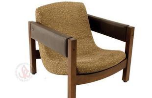 Autor de cerca de 1,2 mil peças de mobiliário, o designer carioca tem o trabalho com a madeira como sua marca registrada. Ele foi precursor em criar a identidade do design brasileiro. Na foto, poltrona Jimi, de 1971