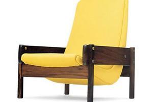 Autor de cerca de 1,2 mil peças de mobiliário, o designer carioca tem o trabalho com a madeira como sua marca registrada. Ele foi precursor em criar a identidade do design brasileiro. Na foto, poltrona Vronka, de 1962