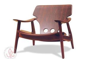 Autor de cerca de 1,2 mil peças de mobiliário, o designer carioca tem o trabalho com a madeira como sua marca registrada. Ele foi precursor em criar a identidade do design brasileiro. Na foto, poltrona Diz, de 2001