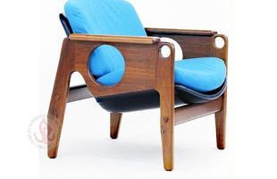 Autor de cerca de 1,2 mil peças de mobiliário, o designer carioca tem o trabalho com a madeira como sua marca registrada. Ele foi precursor em criar a identidade do design brasileiro. Na foto, poltrona Tete, de 1996