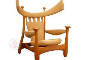 Autor de cerca de 1,2 mil peças de mobiliário, o designer carioca tem o trabalho com a madeira como sua marca registrada. Ele foi precursor em criar a identidade do design brasileiro. Na foto, poltrona Chifruda, de 1962