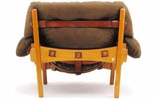 Autor de cerca de 1,2 mil peças de mobiliário, o designer carioca tem o trabalho com a madeira como sua marca registrada. Ele foi precursor em criar a identidade do design brasileiro. Na foto, poltrona Moleca, de 1963