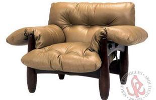 Autor de cerca de 1,2 mil peças de mobiliário, o designer carioca tem o trabalho com a madeira como sua marca registrada. Ele foi precursor em criar a identidade do design brasileiro. Na foto, poltrona  Mole (ex-Sheriff), de 1961