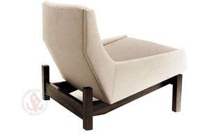 Autor de cerca de 1,2 mil peças de mobiliário, o designer carioca tem o trabalho com a madeira como sua marca registrada. Ele foi precursor em criar a identidade do design brasileiro. Na foto, poltrona Paraty, de 1963