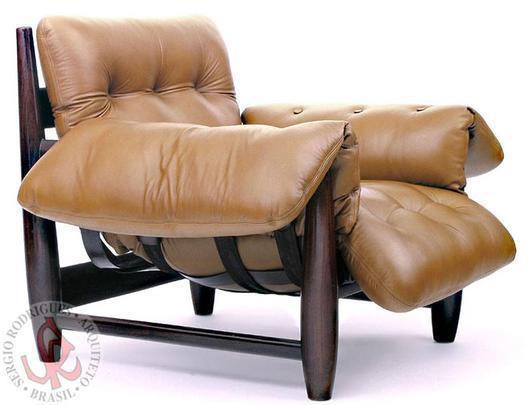Autor de cerca de 1,2 mil peças de mobiliário, o designer carioca tem o trabalho com a madeira como sua marca registrada. Ele foi precursor em criar a identidade do design brasileiro. Na foto, a célebre poltrona  Mole, de 1957