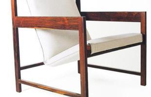 Autor de cerca de 1,2 mil peças de mobiliário, o designer carioca tem o trabalho com a madeira como sua marca registrada. Ele foi precursor em criar a identidade do design brasileiro. Na foto, poltrona leve Lia, de 1962