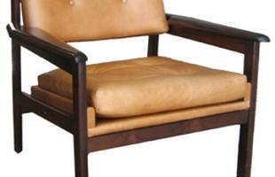 Autor de cerca de 1,2 mil peças de mobiliário, o designer carioca tem o trabalho com a madeira como sua marca registrada. Ele foi precursor em criar a identidade do design brasileiro. Na foto, poltrona leve Drummond, de 1959