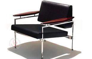 Autor de cerca de 1,2 mil peças de mobiliário, o designer carioca tem o trabalho com a madeira como sua marca registrada. Ele foi precursor em criar a identidade do design brasileiro. Na foto, poltrona leve Beto, de 1958