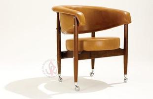 Autor de cerca de 1,2 mil peças de mobiliário, o designer carioca tem o trabalho com a madeira como sua marca registrada. Ele foi precursor em criar a identidade do design brasileiro. Na foto, poltrona leve Beg, de 1967