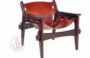 Autor de cerca de 1,2 mil peças de mobiliário, o designer carioca tem o trabalho com a madeira como sua marca registrada. Ele foi precursor em criar a identidade do design brasileiro. Na foto, poltrona leve Killin, de 1973