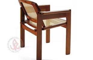 Autor de cerca de 1,2 mil peças de mobiliário, o designer carioca tem o trabalho com a madeira como sua marca registrada. Ele foi precursor em criar a identidade do design brasileiro. Na foto, poltrona leve Julia, de 1980