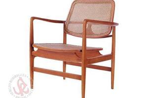 Autor de cerca de 1,2 mil peças de mobiliário, o designer carioca tem o trabalho com a madeira como sua marca registrada. Ele foi precursor em criar a identidade do design brasileiro. Na foto, poltrona leve Oscar, de 1956