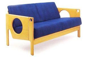 Autor de cerca de 1,2 mil peças de mobiliário, o designer carioca tem o trabalho com a madeira como sua marca registrada. Ele foi precursor em criar a identidade do design brasileiro. Na foto, sofá Verga, de 1996
