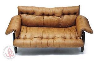 Autor de cerca de 1,2 mil peças de mobiliário, o designer carioca tem o trabalho com a madeira como sua marca registrada. Ele foi precursor em criar a identidade do design brasileiro. Na foto, sofá Mole, de 1957