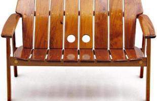 Autor de cerca de 1,2 mil peças de mobiliário, o designer carioca tem o trabalho com a madeira como sua marca registrada. Ele foi precursor em criar a identidade do design brasileiro. Na foto, sofá Danif, de 1978