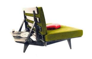 Autor de cerca de 1,2 mil peças de mobiliário, o designer carioca tem o trabalho com a madeira como sua marca registrada. Ele foi precursor em criar a identidade do design brasileiro. Na foto, sofá Hauner, de 1954