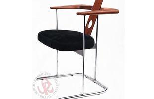 Autor de cerca de 1,2 mil peças de mobiliário, o designer carioca tem o trabalho com a madeira como sua marca registrada. Ele foi precursor em criar a identidade do design brasileiro. Na foto, cadeira Daav, de 1983
