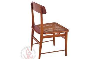 Autor de cerca de 1,2 mil peças de mobiliário, o designer carioca tem o trabalho com a madeira como sua marca registrada. Ele foi precursor em criar a identidade do design brasileiro. Na foto, cadeira Lucio, de 1956