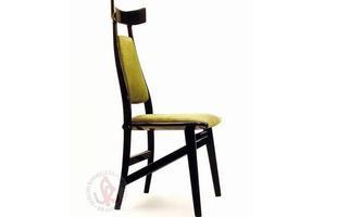 Autor de cerca de 1,2 mil peças de mobiliário, o designer carioca tem o trabalho com a madeira como sua marca registrada. Ele foi precursor em criar a identidade do design brasileiro. Na foto, cadeira Bule, de 1990