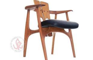 Autor de cerca de 1,2 mil peças de mobiliário, o designer carioca tem o trabalho com a madeira como sua marca registrada. Ele foi precursor em criar a identidade do design brasileiro. Na foto, cadeira Katita, de 1997