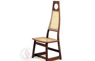 Autor de cerca de 1,2 mil peças de mobiliário, o designer carioca tem o trabalho com a madeira como sua marca registrada. Ele foi precursor em criar a identidade do design brasileiro. Na foto, cadeira Menna, de 1978