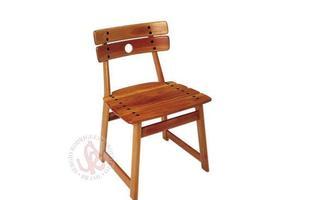 Autor de cerca de 1,2 mil peças de mobiliário, o designer carioca tem o trabalho com a madeira como sua marca registrada. Ele foi precursor em criar a identidade do design brasileiro. Na foto, cadeira Tajá, de 1978
