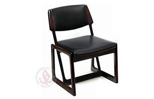 Autor de cerca de 1,2 mil peças de mobiliário, o designer carioca tem o trabalho com a madeira como sua marca registrada. Ele foi precursor em criar a identidade do design brasileiro. Na foto, cadeira Chico, de 1990