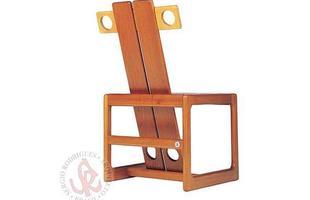 Autor de cerca de 1,2 mil peças de mobiliário, o designer carioca tem o trabalho com a madeira como sua marca registrada. Ele foi precursor em criar a identidade do design brasileiro. Na foto, cadeira Kuka, de 1997